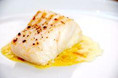 Safransauce er en eksklusiv sovs til fisk, men den er ikke svær at lave selv. Safranen er dyr, men værd at bruge, og her er opskriften på sovs med safran. Hoisin Sauce, Fish Sauce, Fish And Seafood, Gravy, Curry, Eggs, Breakfast, Ethnic Recipes, Egg
