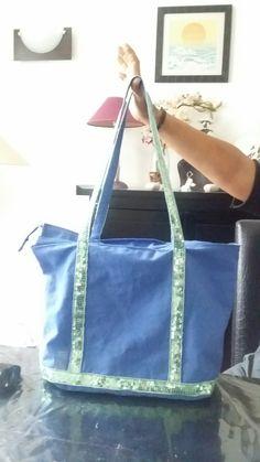 Sac fait main style vanessa bruno intérieur doublée avec deux poches dont une avec fermeture éclair. Fermeture éclair sur le haut du sac également.  PRIX 40e