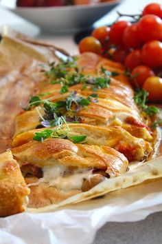 Baked pizza filled with salami, mozzarella and parmesan – World Food Pizza Bake, Calzone, Dessert Drinks, Desserts, Beef Dishes, Parmesan, Mozzarella, Mexican Food Recipes, Tapas