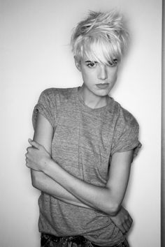 Agyness Deyn one of my favourite pixie girls Pixie Hairstyles, Cool Hairstyles, Tomboy Hairstyles, Short Hair Cuts, Short Hair Styles, Androgynous Models, Androgynous Hair, Agyness Deyn, Girls Short Haircuts