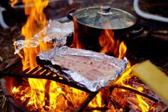 Best Campfire Foods: What Do You Eat While Camping? some receipts for breakfast, lunch & dinner Camping Diy, Auto Camping, Camping Glamping, Camping And Hiking, Camping Meals, Family Camping, Camping Hacks, Backpacking Meals, Camping Cooking