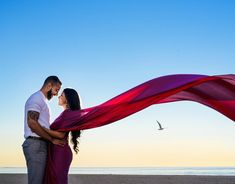 beach wedding couple The bird was not photoshopped, it actually happened. Indian Wedding Couple Photography, Wedding Couple Poses Photography, Couple Photoshoot Poses, Pre Wedding Shoot Ideas, Pre Wedding Poses, Pre Wedding Photoshoot, Bird, Saree, Shatabdi Express