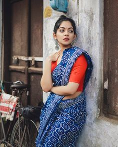 Looking forward to wear a Indigo saree? Here is the perfect style inspiration to pull off this saree! Indigo Saree, Khadi Saree, Sari, Indian Photoshoot, Saree Photoshoot, Saree Blouse Patterns, Saree Blouse Designs, Beautiful Girl Indian, Beautiful Saree