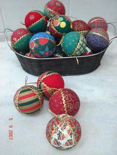 Vamos precisar de bolas de isopor, retalhinhos de tecidos variados, podem ser natalinos ou não…tesoura, lápis ou caneta, estilete e um abr...