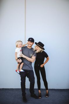 Blush and neutral family photo outfit ideas Casual Family Photos, Fall Family Picture Outfits, Family Photo Colors, Family Portrait Outfits, Family Photos What To Wear, Summer Family Pictures, Winter Family Photos, Outdoor Family Photos, Family Picture Poses
