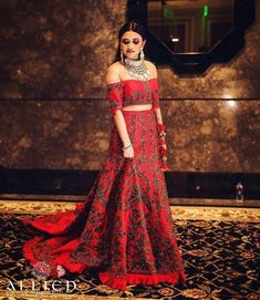 8 bridal blouse neck designs spotted on real brides Best Blouse Designs, Bridal Blouse Designs, Blouse Neck Designs, Simple Blouse Pattern, Lehenga Blouse, Lehenga Choli, Neckline Designs, Cocktail Outfit, Engagement Dresses