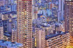 フランス人フォトグラファーのロマン・ジャケ・ラグレズがカメラに写すのは、香港が魔法にかかる30分。「ブルーアワー」と呼ばれるこの時間、街中が柔らかく美しい青い光で満たされ、街明かりの暖色と美しいコントラストをつくりあげる。