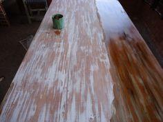 Esta técnica transforma uma mesa de pinus, numa mesa  que parece madeira antiga ou móvel de demolição. Passar massa corrida por toda mesa e depois lixar, passar betume e depois manter com cera incolor.
