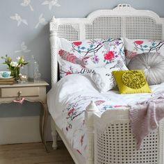 Decoração com palhinha na cama = quarto com ares delicados e cheio de fofurice.