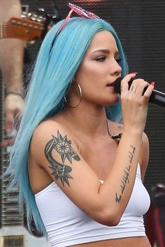 Many people believe that there is a magical formula for home decoration. Halsey Concert, Nova Jersey, Rasta Hair, Woman Crush, Blue Hair, Girl Crushes, Straight Hairstyles, Beauty Women, Curly Hair Styles