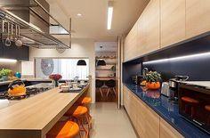 Kitchen | Lindo contraste de cores vibrantes nessa cozinha de Chef! (Projeto Ale Riera e Ana Veirano)