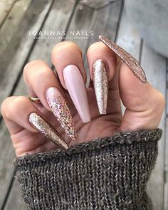 we have collected stunning gold nail art designs. We have amazing patterns, glitter nails, stylish chrome and more. Gold Chrome Nails, Gold Nail Art, Gold Glitter Nails, Gorgeous Nails, Pretty Nails, Crome Nails, Gel Nagel Design, Gold Nail Designs, Nagellack Design