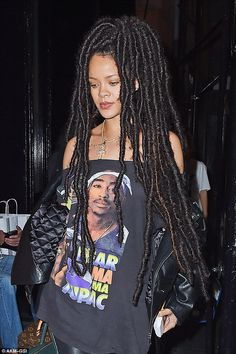 Rihanna from The Big Picture: Today's Hot Pics The singer is spotted rocking long dreadlocks and a Tupac t-shirt while stepping out for dinner in New York City. Mode Rihanna, Rihanna Riri, Rihanna Style, Rihanna Dreads, Rihanna Looks, Rihanna Outfits, Mode Inspiration, Look Fashion, Braided Hairstyles