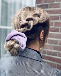 Leuke knot en vlecht in één met een paarse trendy scrunchie | AMI Kappers Barneveld Everyday Hairstyles, Up Hairstyles, Hairdos, Good Hair Day, Scrunchies, Ponytail, Short Hair Styles, Braids, Hair Beauty