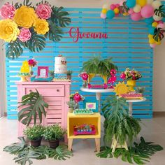 Niver da Giovana! 🌸🍍🍉 #festadeadulto #festafeminina #festatropical #festacolorida #paineldemadeira #flordepapel #gentegrandefesteja #danicarlaartesefestas #decoracao #decoracaodefesta #festaadulto #guaira #saltodelguaira #mundonovo 18th Birthday Party, Birthday Party Decorations, Party Themes, Aloha Party, Luau Party, Flamingo Birthday, Flamingo Party, Graduation Theme, Tropical Party