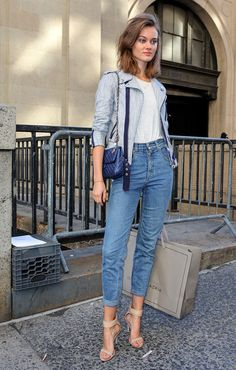her high waisted denim in NYC. Street Style New York, Modell Street-style, Vogue Mexico, Models Off Duty, Fashion Story, Fashion Images, Street Chic, Street Fashion, Pretty Outfits