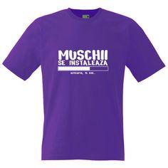 Tricou personalizat cu mesaj funny: Muschii se instaleaza (aluzie la programele… Couture, Halloween, Mens Tops, T Shirt, Fashion, Embroidery, Supreme T Shirt, Moda, Tee Shirt
