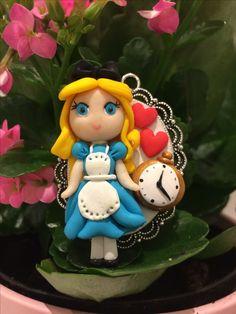 Alice nel paese delle meraviglie in fimo con ciondolo base cabochon