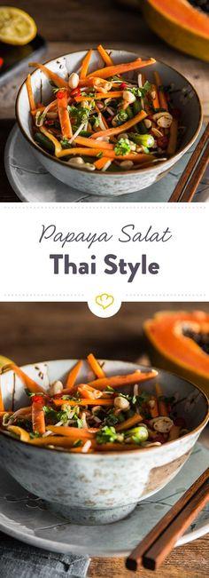 Dieser thailändische Papaya Salat schmeckt nicht nur unglaublich frisch und fruchtig, sondern ist dank der Chilischote in dem Dressing auch noch feurig.
