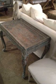 FRENCH INSPIRED GALLERIED SOFA TABLE FLUTED APREN ON CABREOLE LEGS IN A GREY PAINTED FINISH TABLE D APPOINT SEVIGNE