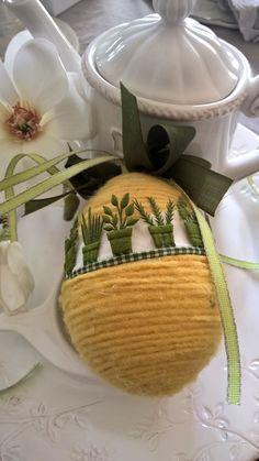 Uovo Pasquale decorato con lana cotta e nastro particolare