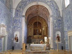 The nave of the Lóios Church and Convent in Arraiolos is covered with Baroque blue azulejos from the 18th century.
