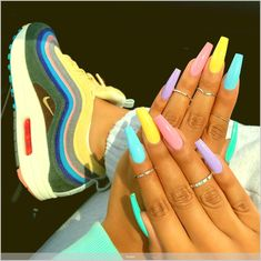 Prized by women to hide a mania or to add a touch of femininity, false nails can be dangerous if you use them incorrectly. Types of false nails Three types are mainly used. Rainbow Nails, Neon Nails, Yellow Nails, Glitter Nails, Rainbow Art, 3d Nails, White Acrylic Nails, Summer Acrylic Nails, Summer Nails