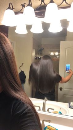 Healthy long hair💁🏽♀️ It look me such a long time to get my hair to the length it is now I'm so happy. When I was in high school my hair did NOT🙅🏽♀️ look like this. I am so blessed ✨ Cool Girl Pictures, Hair Pictures, Girl Photos, Brown Hair Selfie, Arte Indie, Thug Girl, Hairstyles For School, Fashion Hairstyles, Girl Hiding Face