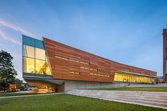 Внешний фасад от площади Внизу - Lawrence Public Library - 2030 года - День архитектуры Oopening - Гулд Эванс