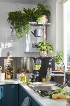 Dans la cuisine, on adopte une étagère couverte de plantes pour cacher la chaudière ! Kitchen Pantry, Kitchen Dining, Kitchenette, Modern Bohemian, Interior Design Living Room, Dining Area, Sweet Home, New Homes, House Design