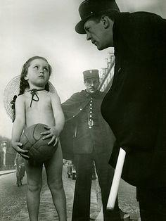 Robert Doisneau, La petite fille et l'agent, Rue de Rivoli, Paris, 1945