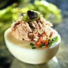 Een heerlijk recept: Gevulde eieren met tonijn Fish Dishes, Seafood Dishes, Tasty Dishes, Doner Kebabs, Good Food, Yummy Food, Avocado, Party Snacks, High Tea