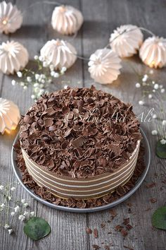 layered chocolate whipped cream and meringue Cheesecake Mousse Recipe, Chocolate Mousse Cheesecake, Chocolate Desserts, Cheesecake Recipes, Dessert Recipes, Cake Chocolate, Chocolate Whipped Cream Frosting, Whipped Cream Cakes, Naan