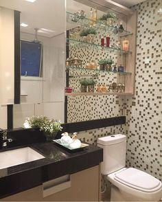 Banheiro com pastilhas de vidro por Mariane e Marilda Baptista #bathroom #homedecor #interiordesign #banheiromoderno #pastilhadevidro