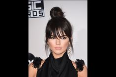 """Super-heroína de games, como Kendall Jenner - Dona de um rosto de proporções harmoniosas, a modelo soube como ninguém aproveitar uma proposta que destacou ainda mais sua beleza. Casual e, ao mesmo tempo, sofisticado, o coque alto """"bagunçadinho"""" traz leveza e jovialidade. """"Se seu objetivo é parecer mais jovem, esse penteado com franja é perfeito. Ao contrário, fios muito engessados e 'atopetados' podem acrescentar um ar senhoril"""", aponta Ulisses SJ, cabeleireiro do E.A. Creative Salon, de…"""