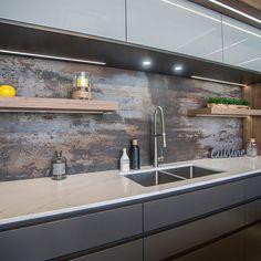 Armoires de cuisine en acrylique et mélamine blanche lustrée avec comptoir de quartz et dosseret en Dekton