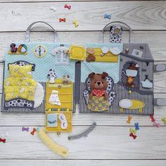 Este posibil ca imaginea să conţină: 1 persoană Diy Quiet Books, Baby Quiet Book, Felt Quiet Books, Quiet Toddler Activities, Toddler Crafts, Felt Diy, Felt Crafts, Felt Doll House, Paper Dolls Book