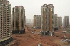 Ordos-Kangbashi, Binnen-Mongolië, China. Ordos-Kangbashi is een van de vele nieuwe steden in China. Het moet ruim een miljoen inwoners kunnen huisvesten, maar de huizen worden gekocht zonder bewoond te worden. Het onroerend goed wordt gezien als belegging. Alles is nieuw en werkt, maar er woont niemand.