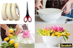 Mira que fácil es hacer un centro de mesa, te damos los pasos:  -Utiliza una taza (bowl) y adhiérele Masking Tape Scotch a todo lo largo y ancho. -Coloca las flores cuadro por cuadro y ve formando el arreglo de flores. -Rellena los espacios que te queden vacíos.