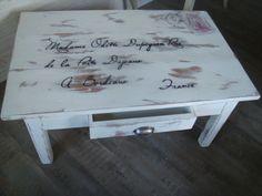 AMATXI Déco Créations - Table basse sur le thème de l'enveloppe. Peinture avec Chalk paint TM, peinture décorative par Annie SLOAN - couleur Old white.
