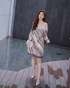 Beautiful Indonesian Actress @tyasmirasih looks gorgeous in our Melvee Batik Rozea Collection . ROZ - 211 . #melveebatik #melvee_official…