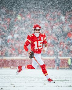 """""""Me seeing the forecast for the weekend but knowing Mahomes is still the QB of the Chiefs"""" Kc Football, Football Canvas, Nfl Football Players, Chiefs Wallpaper, Football Wallpaper, Kansas City Chiefs Shirts, Kansas City Royals, Chiefs Memes, American Football"""