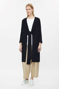 A grow-on waist tie design, this long blazer is made from a fluid material with a crinkled finish. A relaxed fit, it has kimono sleeves, in-seam pockets and clean finishes.
