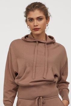 Fine-knit hoodie in a soft cashmere and cotton blend. High collar drawstring hood and kangaroo pocket. Dropped shoulders long sleeves and wide ribbing at cuffs and hem. Hoodie Outfit, Hoodie Dress, Cashmere Hoodie, Minimalist Dresses, Cropped Hoodie, High Collar, Fashion Company, Mannequin, World Of Fashion
