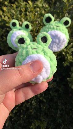Diy Crochet Projects, Crochet Crafts, Yarn Crafts, Crochet Toys, Crochet Bee, Kawaii Crochet, Cute Crochet, Crochet Animal Patterns, Crochet Animals
