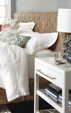 With handwoven natural seagrass, our Jalousie Bed infuses coastal elegance with an organic essence.