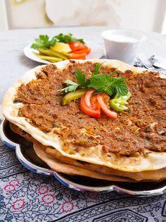Lahmacun är en turkisk köttfärspizza. Man kavlar ut degen väldigt tunn och toppar sedan med en god köttfärsblandning. Ruggigt gott!