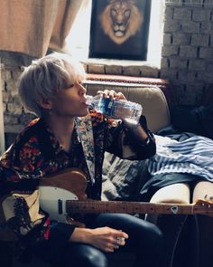Silver haired Sammy drinking water gives me life Guns N Roses, Star Company, Jackson, J Star, Woo Sung, Rose Wallpaper, Korean Bands, Ulzzang Boy, Kpop Aesthetic