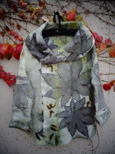 castor oil Gepind door: www. Fabric Painting, Fabric Art, Fabric Design, Paint Fabric, Textile Prints, Textile Art, Leaf Prints, Shibori, How To Dye Fabric
