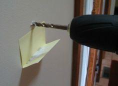 折一張便條紙黏在牆上,在鑽東西的時候屑屑就不會掉在地上到處都是了